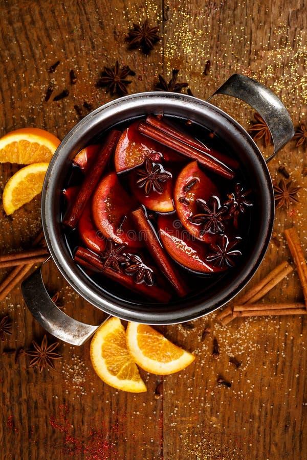 Verrührter Rotwein mit Zusatz von Gewürzen und von Orangen im apot stockfoto