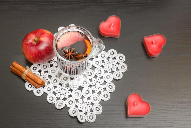 Verrührter Wein mit Gewürzen Kerzen in Form eines Herzens, cinnam stockfotos