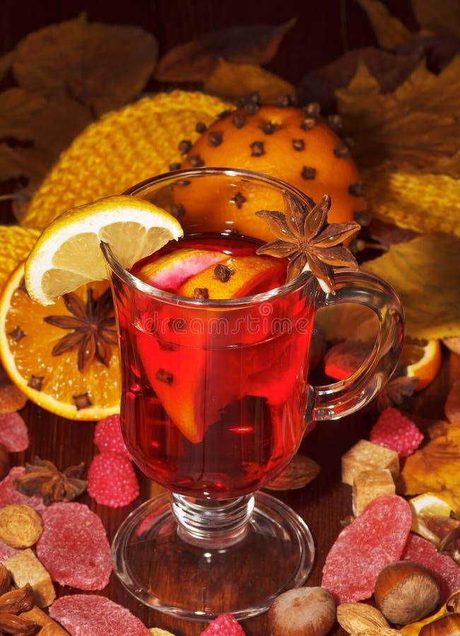Verrührter Wein mit Orange lizenzfreie stockbilder