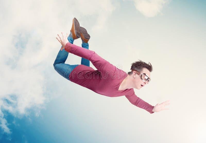 Verr?ckter Mann in den Schutzbrillen fliegt in den Himmel Pulloverkonzept lizenzfreie stockfotos