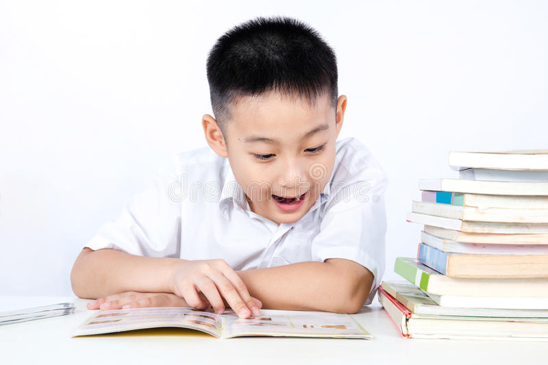 Verrassing Aziatisch Chinees Little Boy die Student Uniform Readin dragen stock foto's