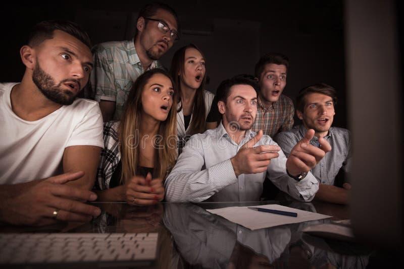 Verrast commercieel team die de computermonitor bekijken royalty-vrije stock fotografie