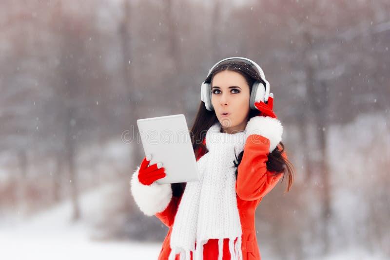 Verrast de Wintermeisje met Hoofdtelefoons en PC-Tablet royalty-vrije stock foto's