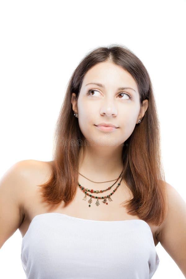 Verrast donkerbruin meisje die een halsband met generische symbolen dragen stock afbeelding