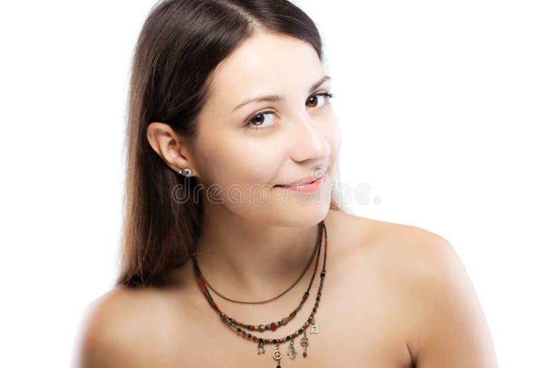 Verrast donkerbruin meisje die een halsband met generische symbolen dragen royalty-vrije stock foto