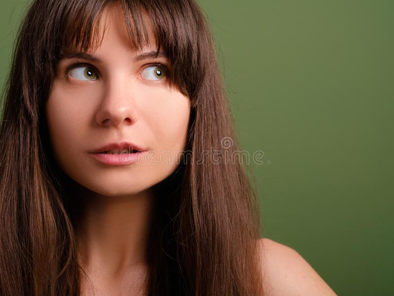 Verrast geinteresseerd verdacht dameportret stock afbeeldingen