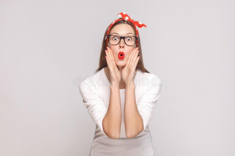 Verrast groot ogenportret van mooie emotionele jonge vrouw i royalty-vrije stock afbeeldingen