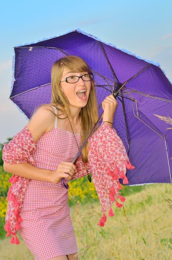 Verrast meisje met een paraplu stock foto