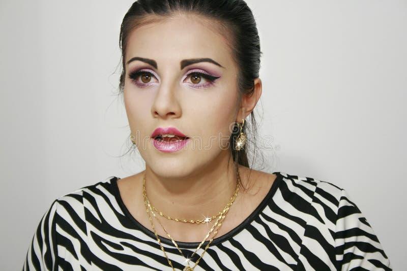 Verrast meisje met roze purpere make-up stock afbeelding