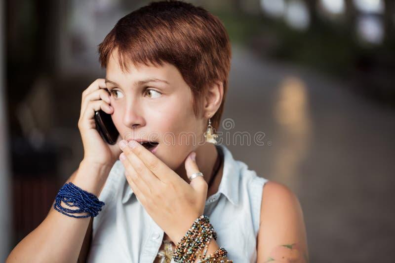 Verrast op de telefoon royalty-vrije stock foto
