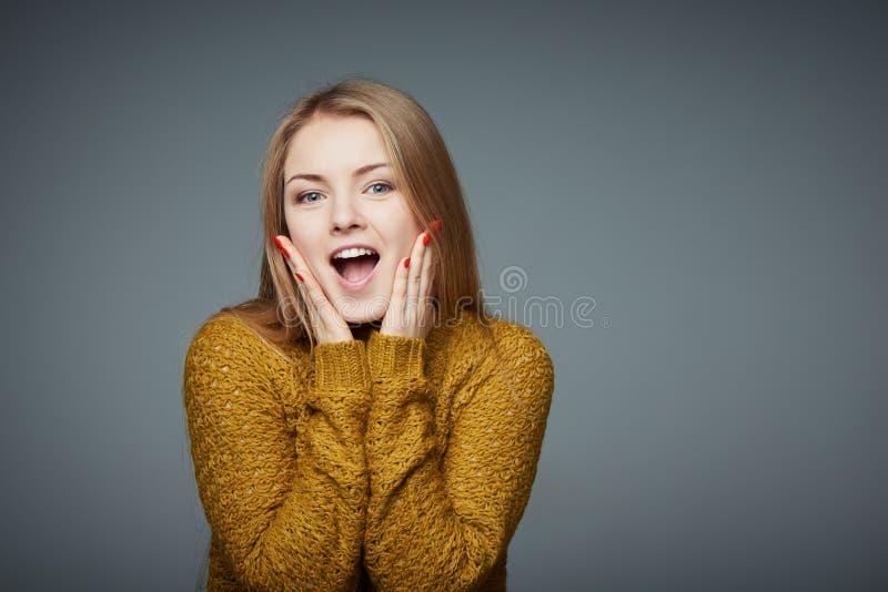 Verrast opgewekt blond meisje in sweater het gillen van vreugde royalty-vrije stock foto's