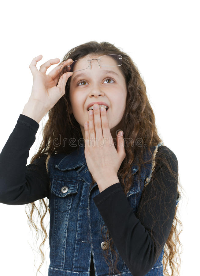 Verrast schoolmeisje met donker krullend haar royalty-vrije stock foto