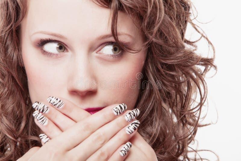 Verrast vrouwengezicht, meisje die haar mond over wit behandelen stock fotografie