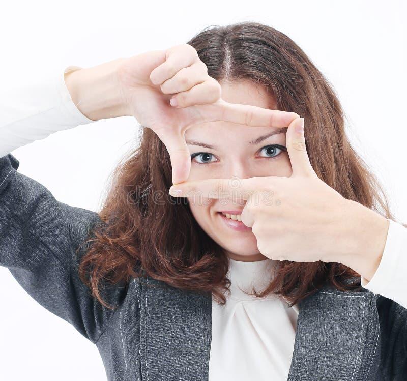Verraste bedrijfsvrouw die een fotokader van haar handen maken stock fotografie
