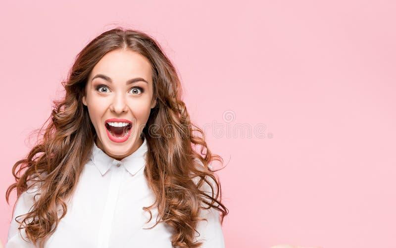 Verraste gelukkige mooie vrouw die in opwinding kijken royalty-vrije stock foto