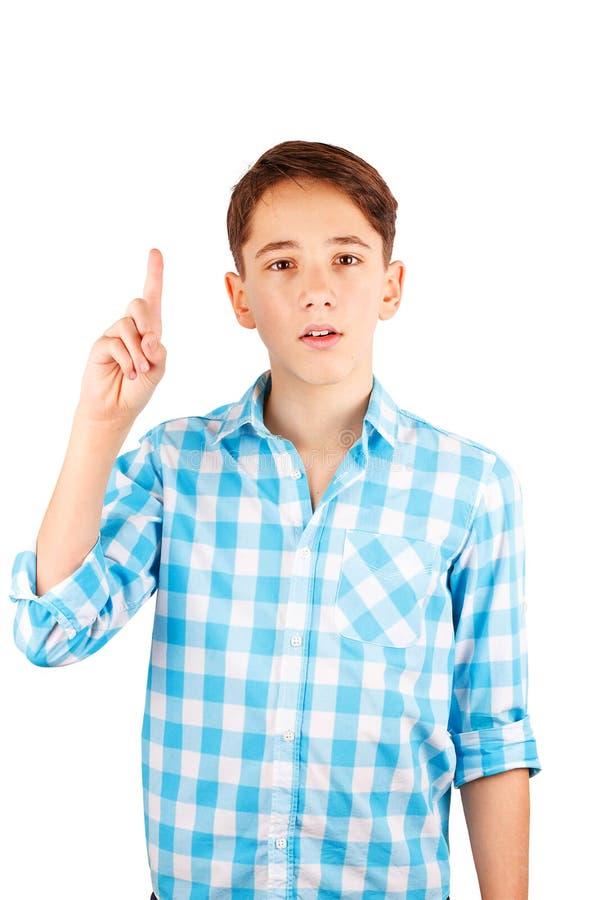 Verraste of geschokte tienerjongen in plaidoverhemd die bij camera staren die en wapen houden omhoog op wit wordt geïsoleerd royalty-vrije stock fotografie