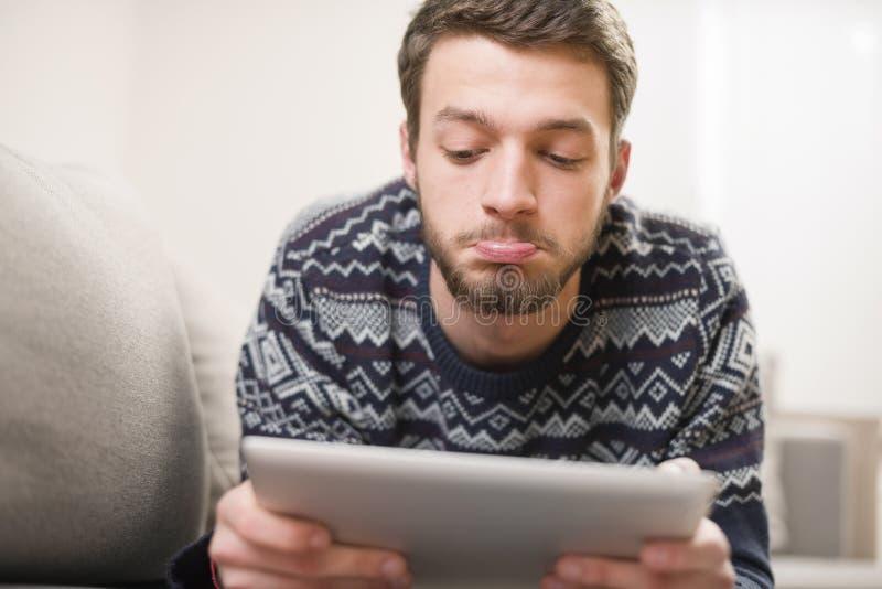 Verraste Jonge Mens met Tabletcomputer stock afbeelding