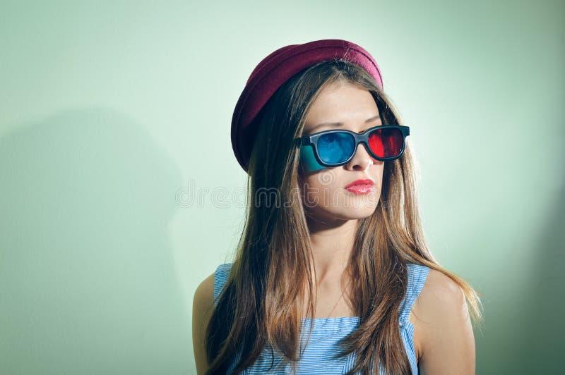 Verraste jonge mooie vrouw die in 3d glazen verbaasd kijken stock foto's