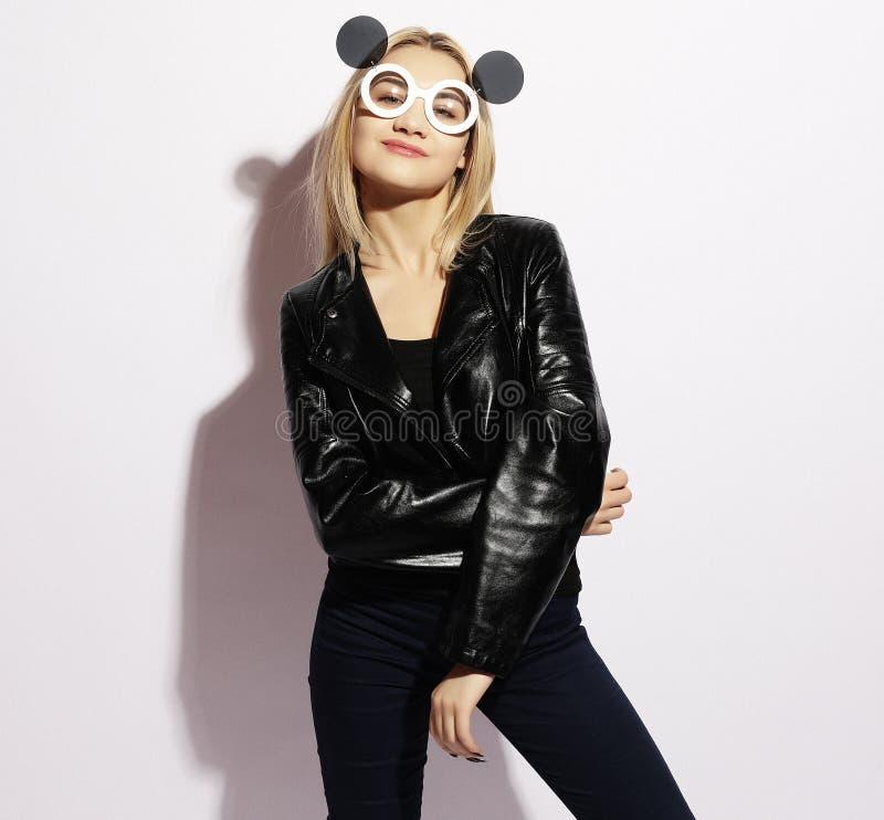 Verraste jonge vrouw die creatieve zonnebril, schoonheid, mensen en manierconcept dragen stock afbeeldingen