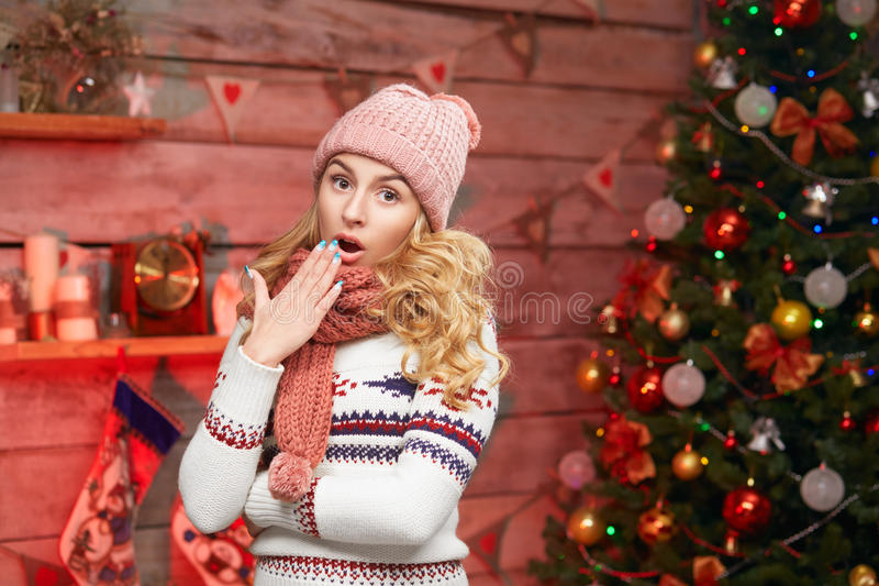 Verraste jonge vrouw in Kerstmistijd royalty-vrije stock afbeelding
