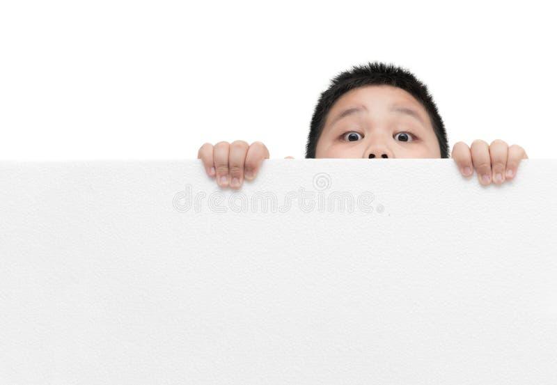 Verraste jongen die de lege horizontale witte raad van het bannerschuim houden stock afbeeldingen