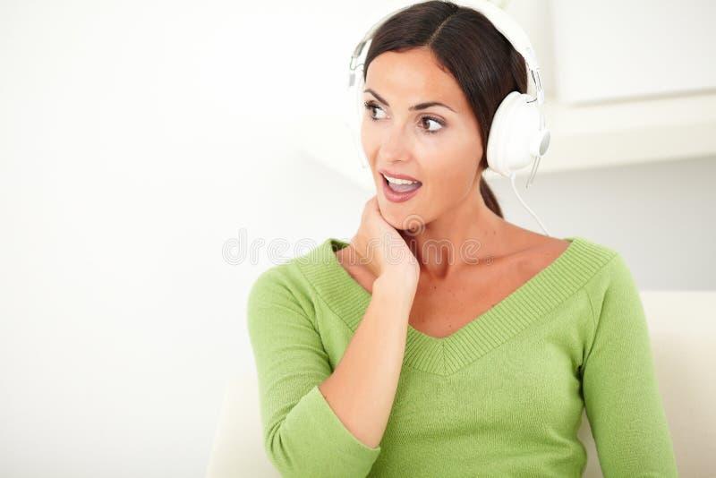 Download Verraste Kaukasische Vrouw Die Aan Muziek Luisteren Stock Foto - Afbeelding bestaande uit onbezorgd, hoofd: 54075028