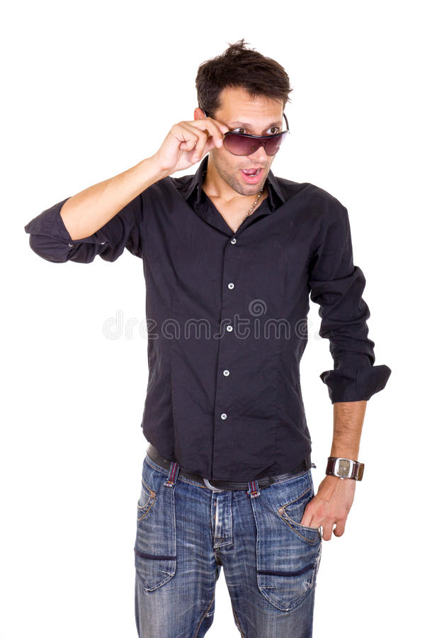 Verraste knappe mens die onder zonnebril kijken die oogconta maken royalty-vrije stock afbeeldingen