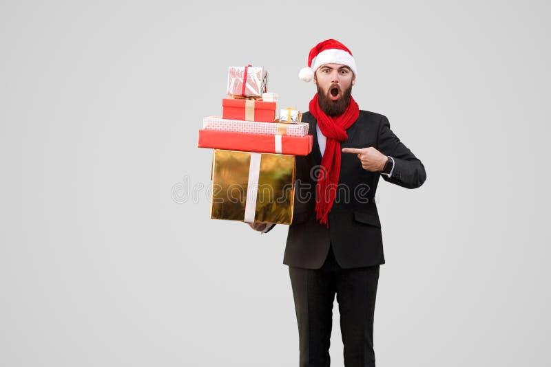 Verraste knappe zakenman met baard, zwart kostuum, rode sjaal royalty-vrije stock foto's
