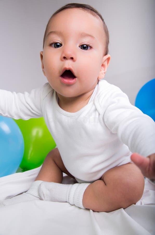 Verraste leuke babyjongen met ballons stock fotografie