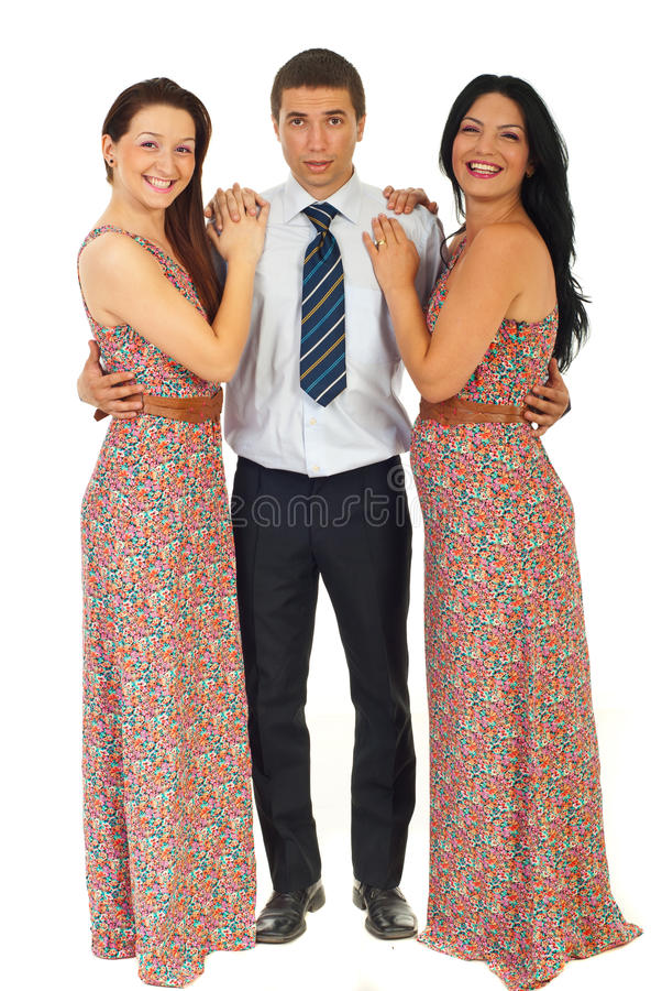 Verraste man die twee lachende vrouwen houdt stock foto