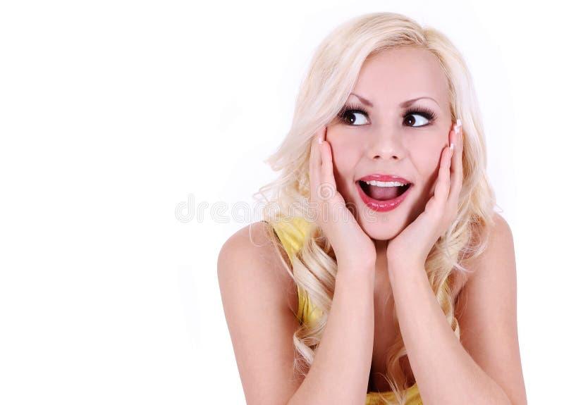 Verraste mooie geïsoleerdeg blonde jonge vrouw stock afbeelding