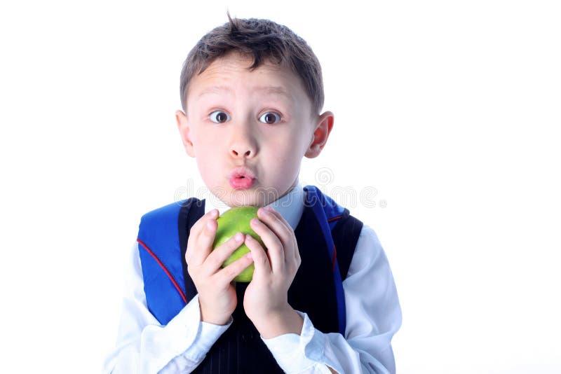 Verraste schooljongen met appel royalty-vrije stock foto