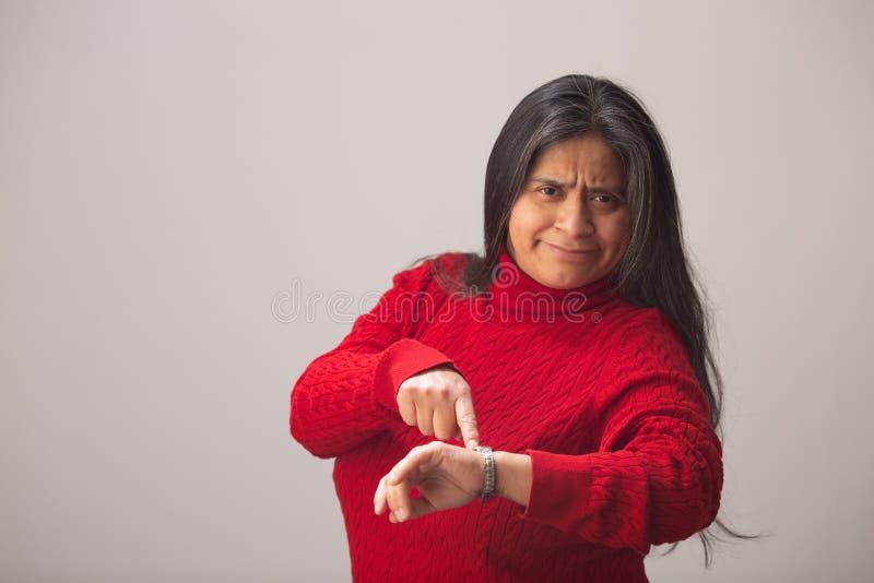 Verraste Spaanse Vrouwenpunten bij Polshorloge stock fotografie
