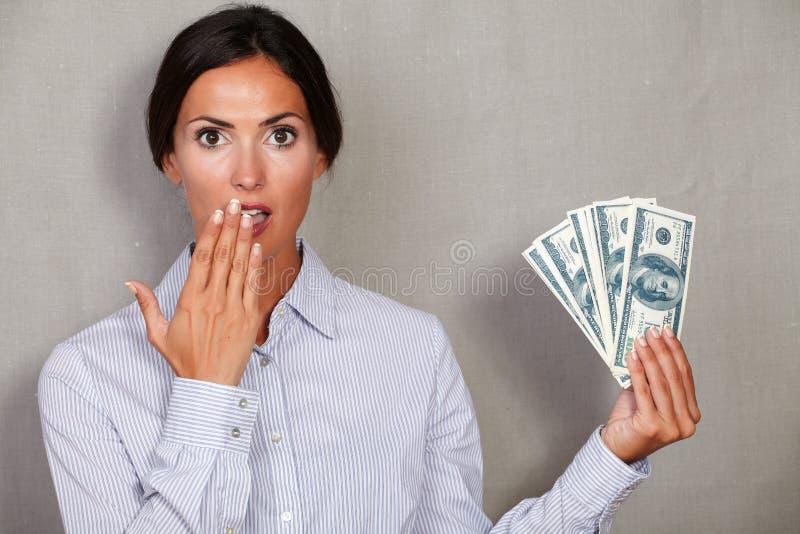 Verraste volwassen vrouw met hand aan mond royalty-vrije stock foto