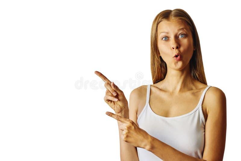Verraste vrouw die aan de linkerzijde met wijsvinger richten royalty-vrije stock afbeelding