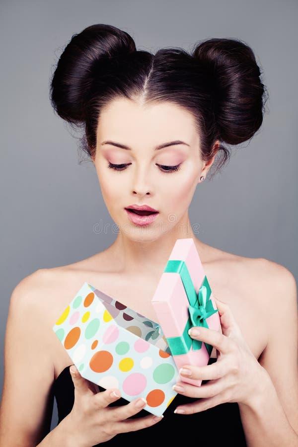 Verraste Vrouw het Openen Giftdoos stock afbeelding