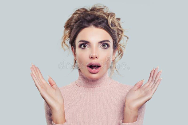 Verraste Vrouw met Open Mond Geschokt meisje op achtergrond met exemplaar ruimteportret Expressieve gelaatsuitdrukking stock foto