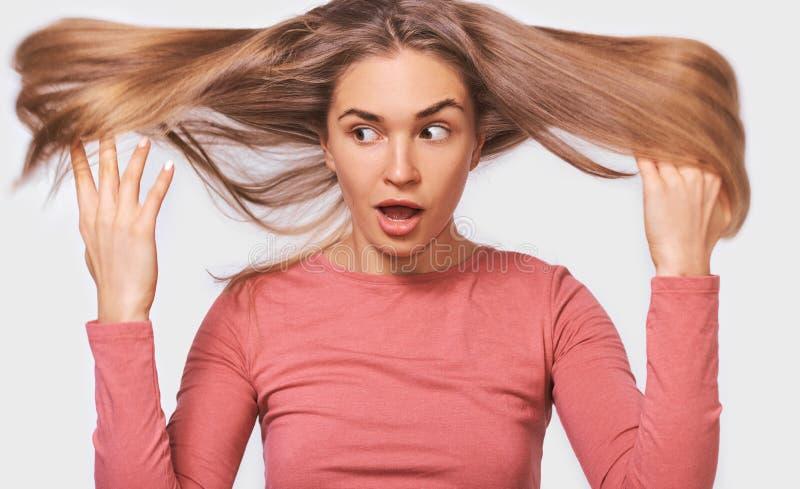 Verraste vrouw met vliegend haar en wijd open mond Portret van knap onbezorgd Kaukasisch kapperwijfje royalty-vrije stock foto's