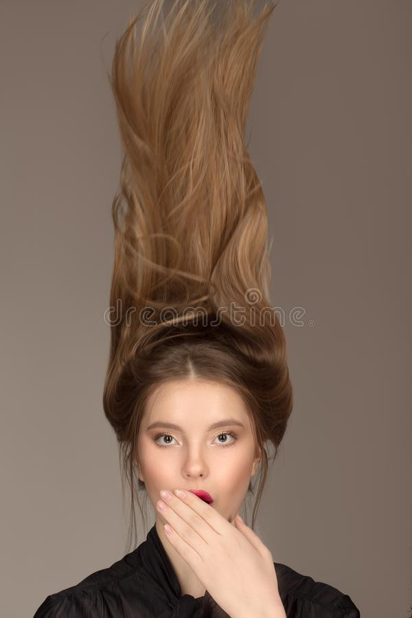 Verraste vrouw in schok Heldere gezichtsmake-up surrealism haar stock foto's