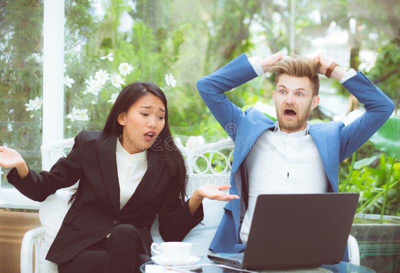 Verraste zaken twee het bekijken laptop computer met geschokt royalty-vrije stock foto