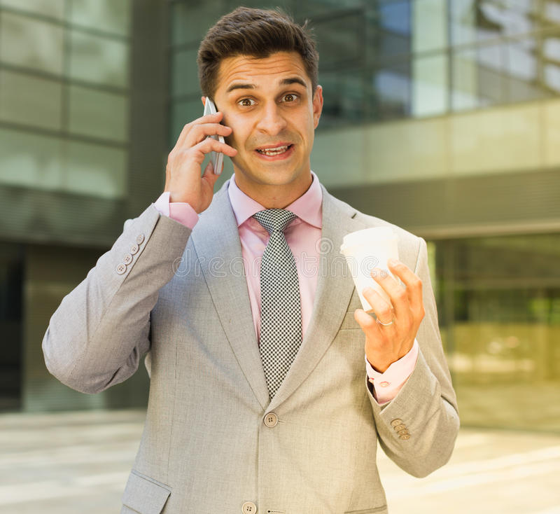 Verraste zakenman die op telefoon spreken royalty-vrije stock fotografie