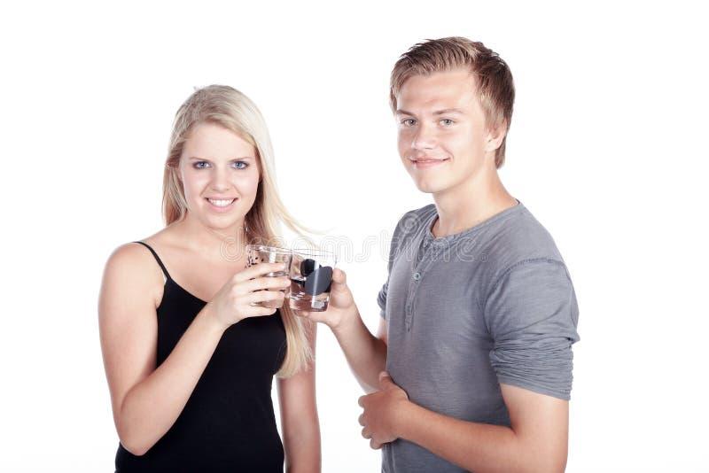 Verre à boire de couples de l'eau images stock