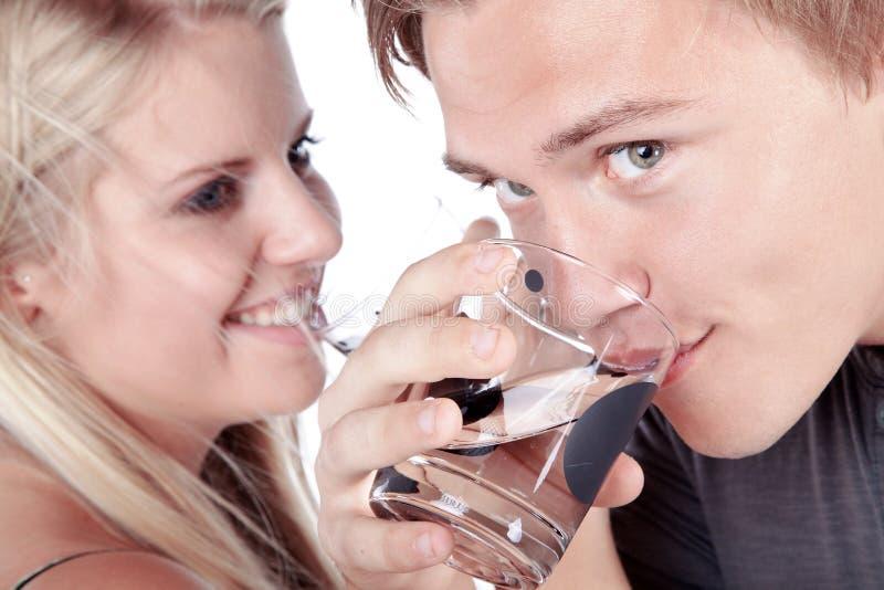 Verre à boire de couples de l'eau image stock