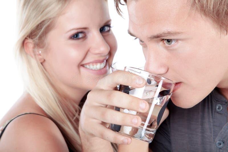 Verre à boire de couples de l'eau photo stock