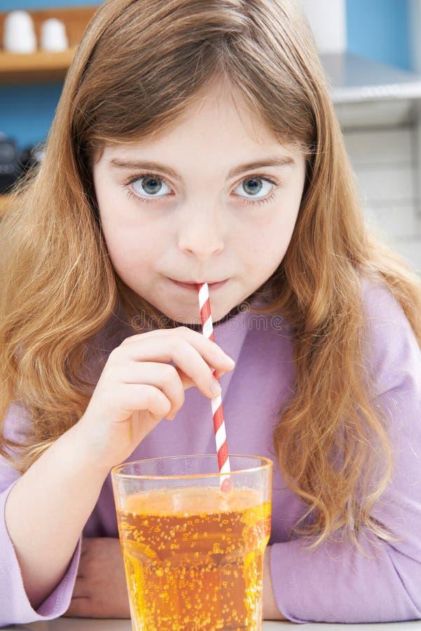 Verre à boire de jeune fille de soude par la paille photos libres de droits