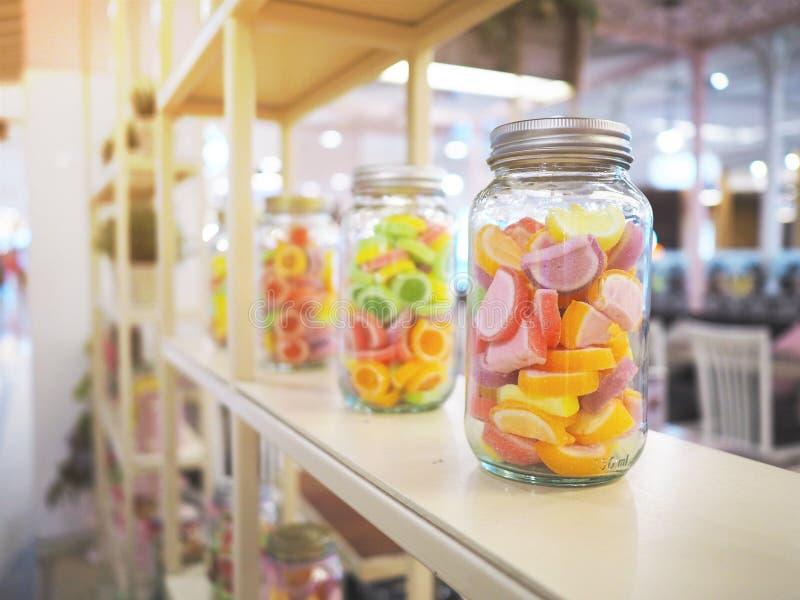 Verre à bouteilles de sucrerie colorée de gelée photographie stock