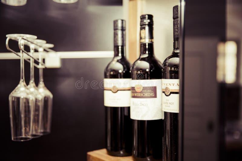 verre à bouteilles de vigne de vin de vin rouge de vinothek images libres de droits