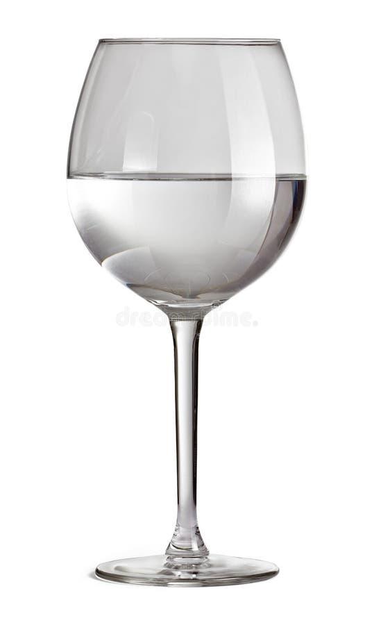 Verre à moitié plein pour le vin d'isolement sur le fond blanc avec le chemin de coupure Glace avec de l'eau images libres de droits