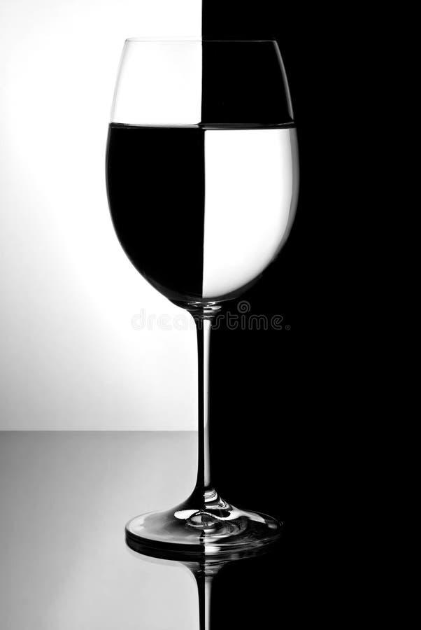 Verre à vin avec le liquide photo stock