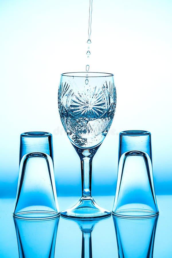 Verre à vin en verre qu'il se tient sur le fond image stock